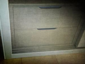 Detalle de cajoneras en color gris distinto a exterior armario