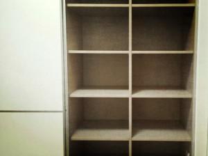 Detalle interiores de armario con estantes para almacenamiento