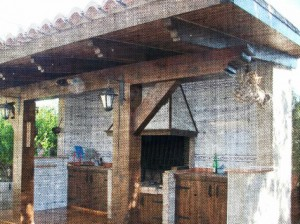 Paellero realizado con vigas y elementos estructurales en madera