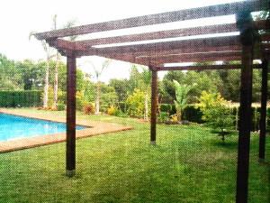 Pérgola exterior en jardín hecha en madera