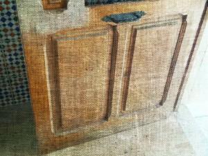 Portón madera en casa antigua antes de ser restaurado