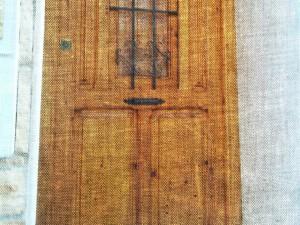 Portón restaurado en casa antigua. Foto retocada.